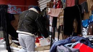 Ο άστεγος που στόλισε το πεζοδρόμιο στο οποίο κοιμάται
