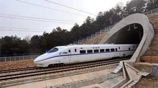 Το τρένο που δεν σταματάει ποτέ – Παίρνει τους επιβάτες εν κίνηση (video)