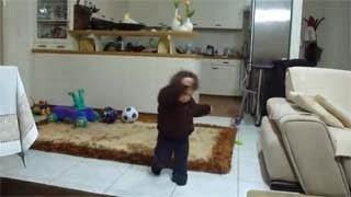 Ο Γιαννάκης 10 μηνών που χορεύει... βαρύ ζεϊμπέκικο