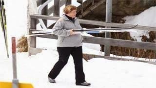 Η Μέρκελ στο νοσοκομείο – Έκανε σκι και έπεσε σπάζοντας...