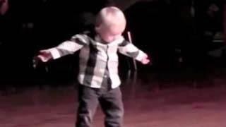 Υπέροχο video! Δείτε τον φοβερό χορευτή ετών 2!