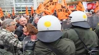 Διαδηλωτές πήραν στο κυνήγι τους Τροικανούς – έριξαν μπουκάλια στον Τόμσεν