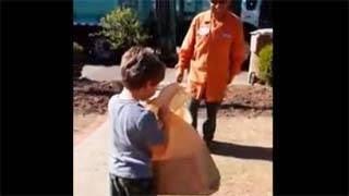 Συγκινητικό- Δώρισαν σε αυτιστικό παιδί ένα φορτηγάκι και δείτε πως αντέδρασε
