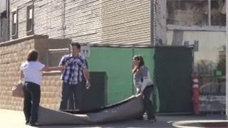 Άνδρας βάζει την έγκυο γυναίκα του να κουβαλήσει το χαλί (video)