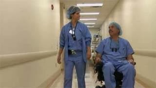 Ο γιατρός που έμεινε παράλυτος και τώρα χειρουργεί από το αναπηρικό του καροτσάκι