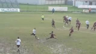 Δείτε το απίστευτο γκολ με τάκλιν από τα 70 μέτρα!