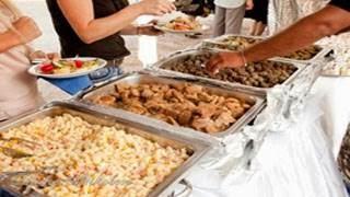 Νιόπαντρο ζευγάρι μοίρασε τα φαγητά της δεξίωσης σε άπορες οικογένειες