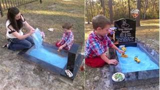 Έκανε τον τάφο παιδότοπο για να παίζει με τον αδελφό του