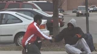 Φάρσερ έκανε πλάκα σε άστεγο δίνοντας του 1000 δολάρια. Έβαλαν τα κλάματα