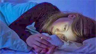 Έχεις το κινητό δίπλα σου όταν κοιμάσαι; Διάβασε τι μπορεί να πάθεις