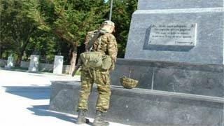 Συγκίνησε ο στρατιώτης που γονάτισε μπροστά στο άγαλμα