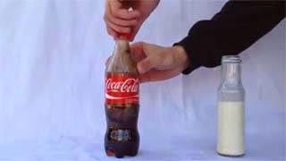 Δείτε τι θα συμβεί εάν ανακατέψετε γάλα με κόκα κόλα