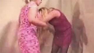 ΣΟΚ! Καθαρίστρια άρπαξε από το μαλλί την Μενεγάκη