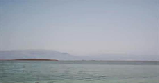 Κοπέλα κολυμπά στη Νεκρά Θάλασσα και