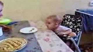 Μωρό τσαντίζεται με τον μπαμπά του και δείτε πως κάνει