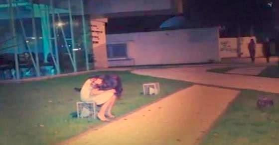 Ένα κορίτσι κλαίει μόνο του στον δρόμο