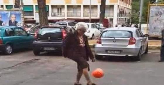 Γιαγιά παίζει ποδόσφαιρο στο κέντρο της Ρώμης