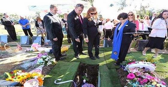 Έκλαψε και ο Θεός στην κηδεία του μωρού με τα δυο πρόσωπα