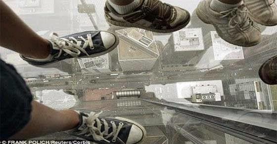 έσπασαν τα τζάμια του ασανσέρ σε ουρανοξύστη