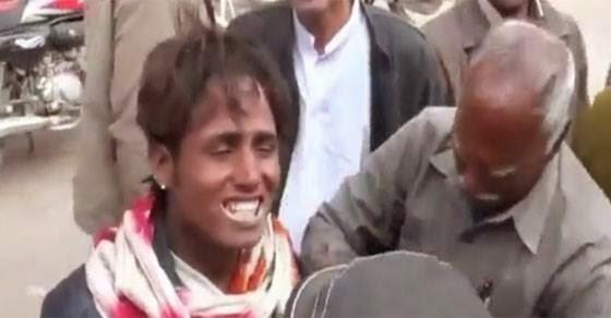 Έτσι κάνουν λεύκανση δοντιών στην Ινδία