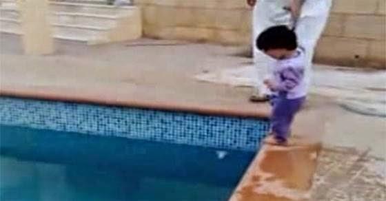 Έτσι μαθαίνουν οι Άραβες στα παιδιά κολύμπι