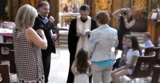 Ιερέας διέκοψε την βάφτιση γιατί το παιδί αρνήθηκε