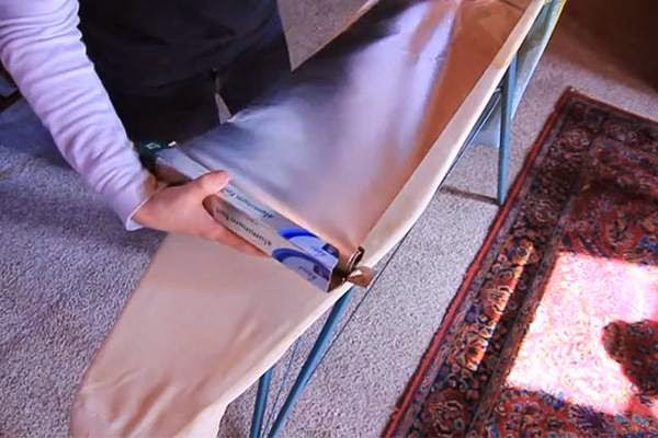 Βάλτε αλουμινόχαρτο στη σιδερώστρα