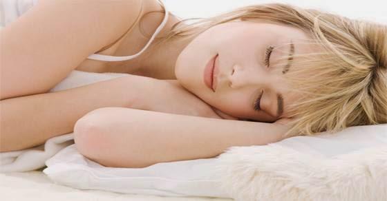 Δείτε τι θα σας συμβεί εάν κοιμηθείτε χωρίς ρούχα