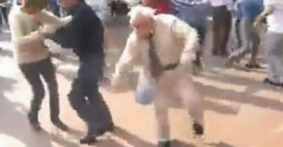 Παππούς πετάει τις πατερίτσες στο γλέντι του γάμου