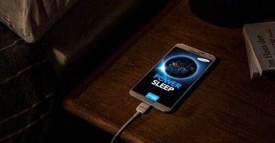 Πέφτεις για ύπνο και αφήνεις το κινητό να φορτίζει
