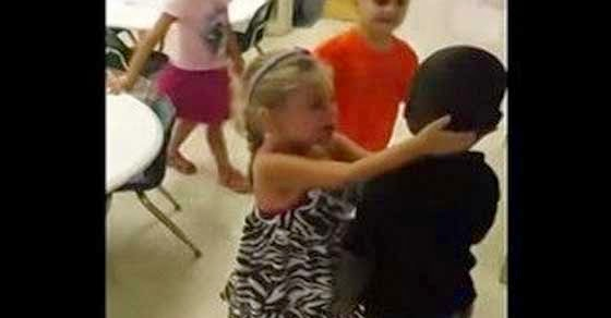 Δείτε πως υποδέχονται τα παιδάκια τον έγχρωμο συμμαθητή τους