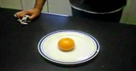 Δείτε πως μπορείτε να ανάψετε φωτιά μόνο με ένα πορτοκάλι