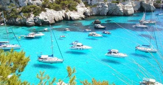 Τόσο καθαρά νερά που οι βάρκες φαίνονται σαν να αιωρούνται
