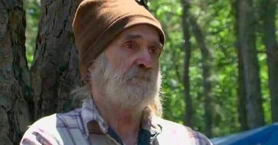 Ένας άστεγος άντρας παρακολουθεί να του γκρεμίζουν την καλύβα