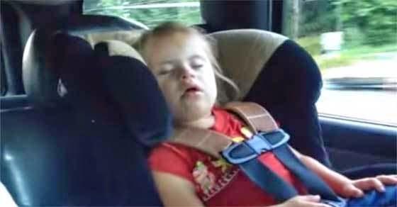 Η μικρή κοιμάται αλλά δείτε τι κάνει μόλις ακούσει