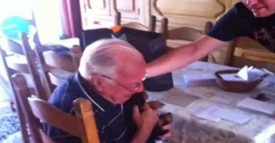 Ραγίζει καρδιές ο παππούς - Τα εγγόνια του πήραν κουταβάκι