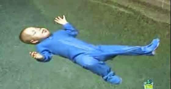 Βρέφος σώζεται μόνο του αφού έπεσε σε πισίνα