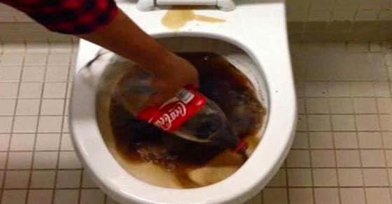Coca Cola σε μια βρώμικη τουαλέτα