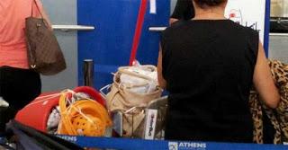 Η φωτογραφία της Ελληνίδας μάνας στο αεροδρόμιο