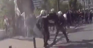 Αγρότης επιτέθηκε στους άντρες των ΜΑΤ με κινήσεις καράτε
