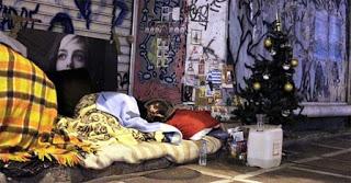 Το Χριστουγεννιάτικο δέντρο ενός άστεγου στο κέντρο της Αθήνας